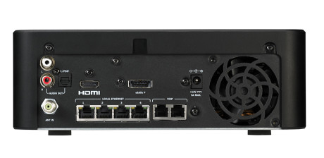 De fleste klarer seg lenge med fire ethernett-, to telefontilkoblinger, HDMI, optisk og analog lydutgang. Antennekabelen skrus fast med en F-connector