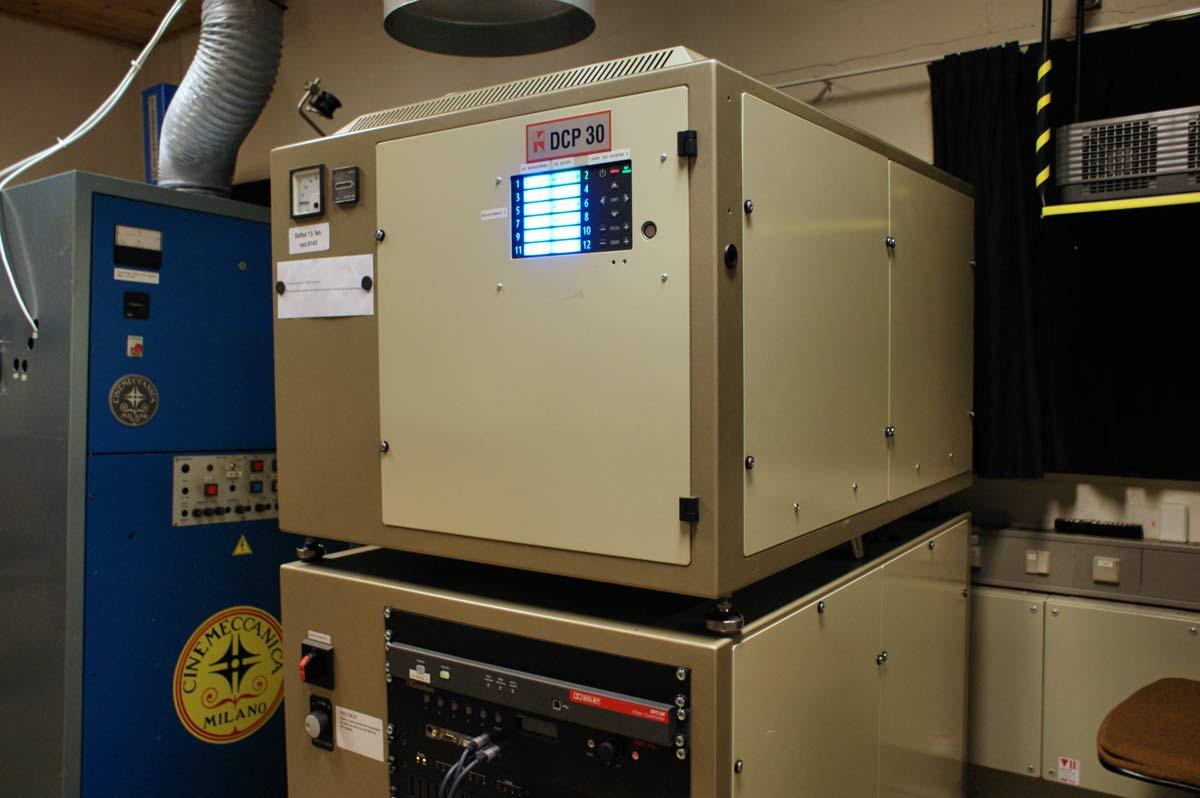 De digitale 3D-projektorene fyller hver som to frysebokser i høyden og koster en halv million stykket.