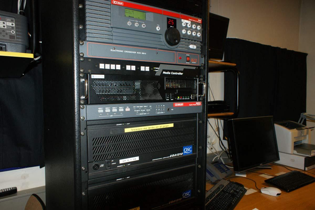 Lyden behandles i en profesjonell Dolby CP650 prosessor. Under prosessoren ses det elektroniske delefilteret til frontkanalene.