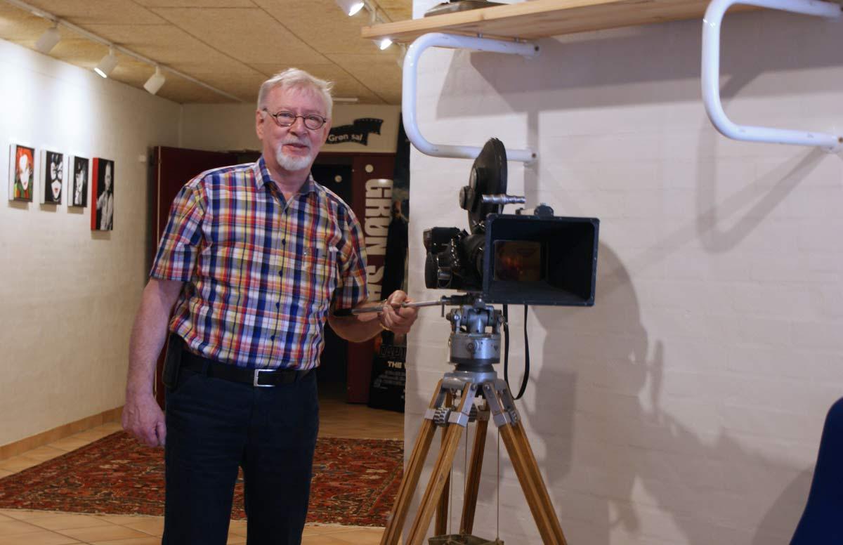 Steen Rasmussen elsker filmteknikk og drømt om å ha sin egen kino siden han var gutt. Men det gikk 44 år før han levde ut drømmen. Og da gjorde han det til gjengjeld også i STOR stil!