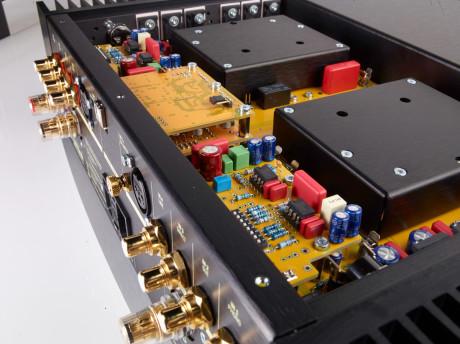 Her ser du USB- og platespillermodulene. De to svarte boksene skjuler forsterkermodulene. Halvparten av effektforsterkertransistorene (MosFET) er synlige, det er totalt seks pr. kanal. Igjen ser vi det ryddige kretsutlegget, med korte signalveier og ingen ledninger.
