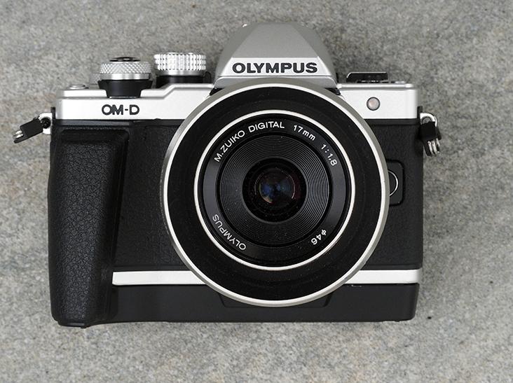Olympus OMD EM10 II med håndgrepet, som er ekstrautstyr.
