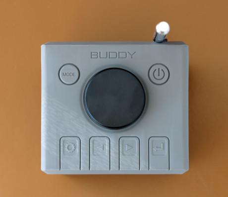 Store, men litt for harde knapper under silikontrekket på Buddy-radioen.
