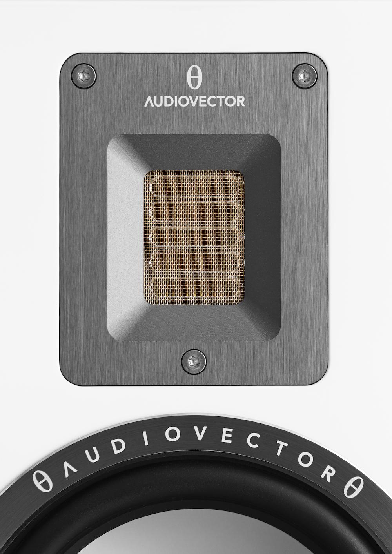 Banddiskanten har den fördelen att den är nästan viktlös, så att den reagerar blixtsnabbt på svängningarna. QR3 har ett litet filter som dämpar hårda s-ljud och andra sibilanter, utan att det går ut över detaljrikedomen. Foto: Audiovector