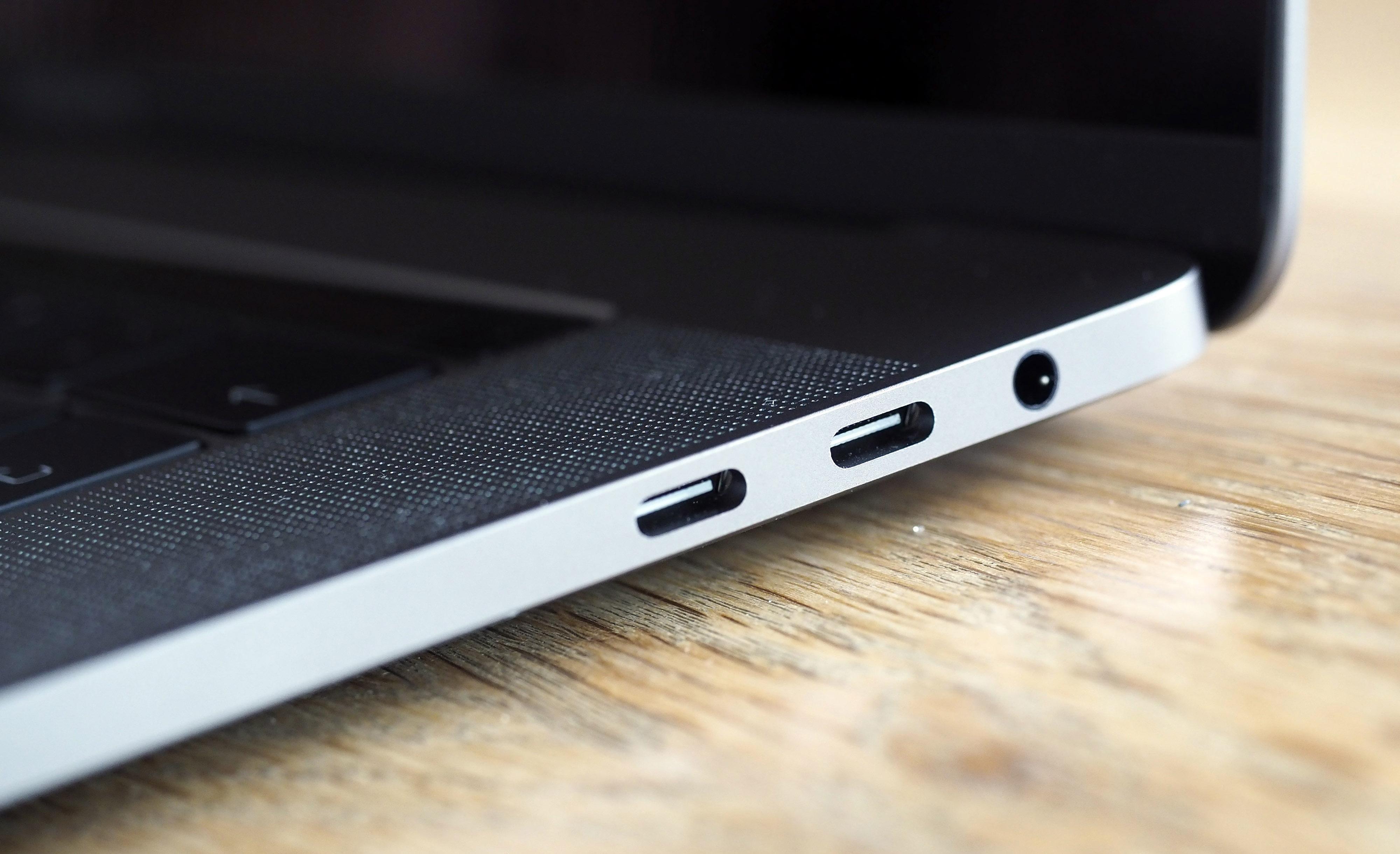 De enda kontakterna är USB-C och hörlursuttag.
