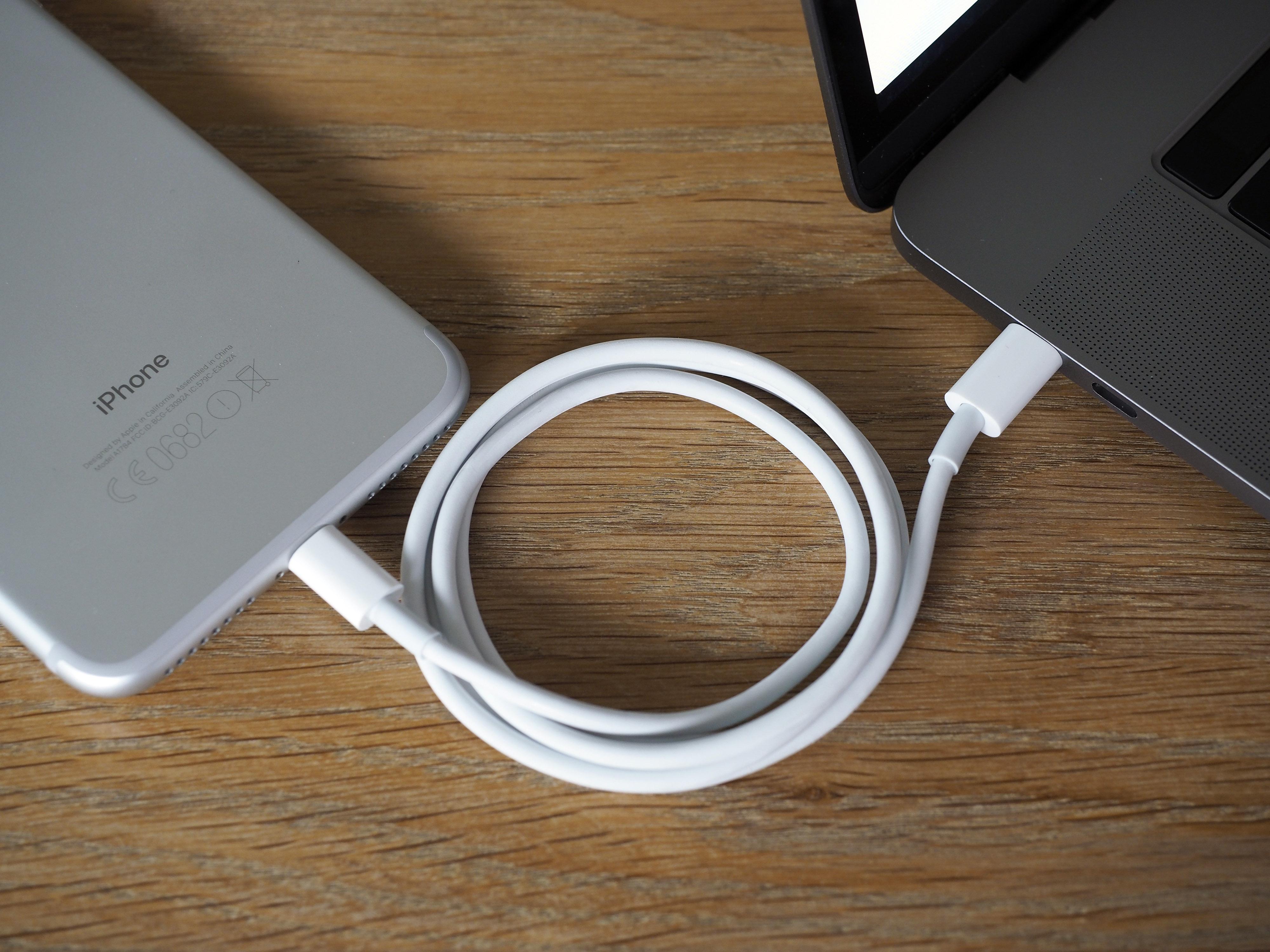 Ska du ladda din iPhone behöver du en extra USB-C-till-Lightning-kabel.