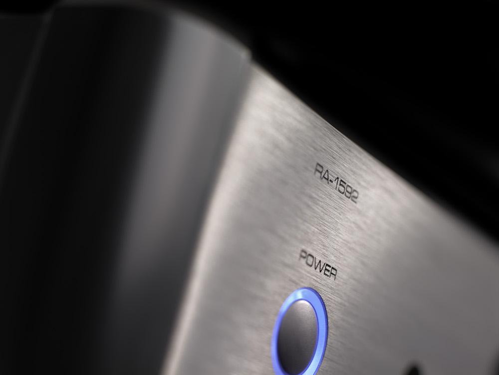 Diskret blått ljus är snyggt mot silverfärgad finish i borstad aluminium. Foto: Rotel