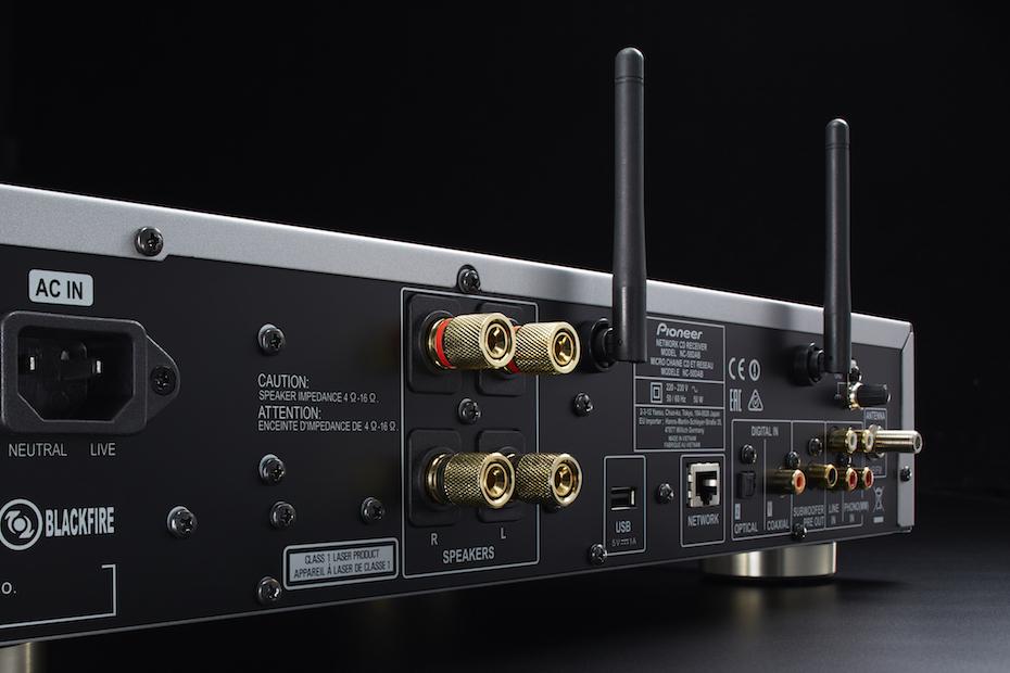 På baksidan hittar du alla ingångar du behöver: digitalt, nätverk, skivspelare, you name it! Det enda vi saknar är en USB-DAC-ingång. Foto: Pioneer