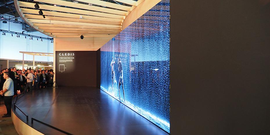 """Sonys CLEDIS-panel er basert på piksel-for-piksel LED-belysning, og gir derfor perfekt svart, helt uten """"clouding"""" og andre artefakter. Så langt er teknologien kun til bruk på store reklamevegger, men mon tro om vi får se det i TV-er om noen år? Foto: Geir Gråbein Nordby"""
