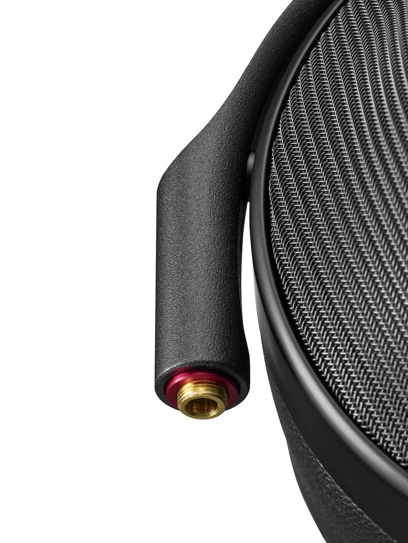 Kablene kan skiftes ut, og det følger med både balansert og ubalansert kabel. Foto: Sony