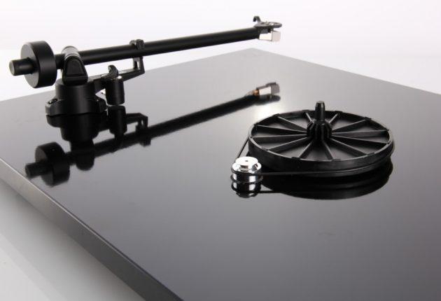 Stabil remdrift uten vibrasjoner, gir bedre lyd.