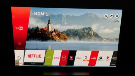LG:s WebOS gränssnitt är enkelt och överskådligt, appar och innehåll ligger sorterade på en menyrad. Foto: Audun Hage