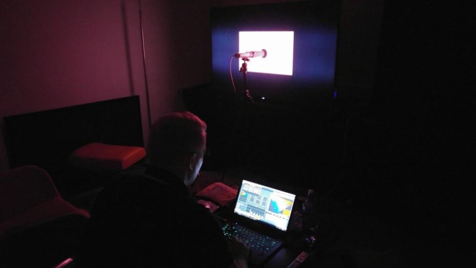 Gorm Sørensen kalibrerar Samsung-skärmen för fulla muggar. Foto: Audun Hage