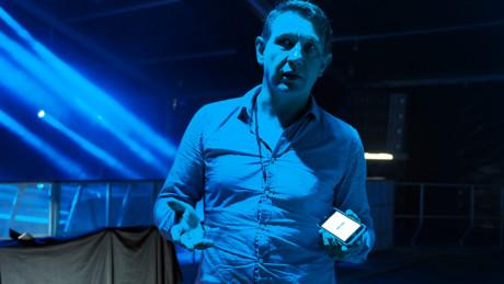 Ole-Vidar Andersland förklarar hur appen fungerar. Foto: Geir Gråbein Nordby