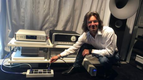 Keith Martin fra IsoTek vil overbevise oss om at strøm kan høres.