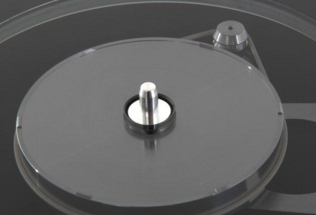 Samme type innertallerken med tolags glasstallerken over, som vi finner på den dyrere Rega RP8.