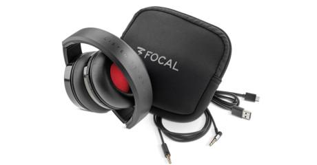 Till hopfällbara Focal Listen Wireless ingår fodral, laddkabel och ljudkabel som kan användas om batteriet tar slut. Foto: Focal