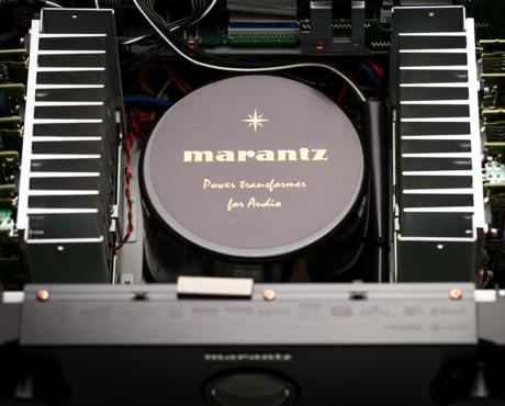 En tung nätdel behövs för att ge Marantz SR8012 rejäla strömresurser. Foto: Marantz