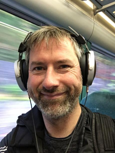 Nejdå, du måste inte ha aktiv brusreducering på tåget. Bara ett par slutna hörlurar som Pioneer SE-Monitor5. Foto: Geir Gråbein Nordby