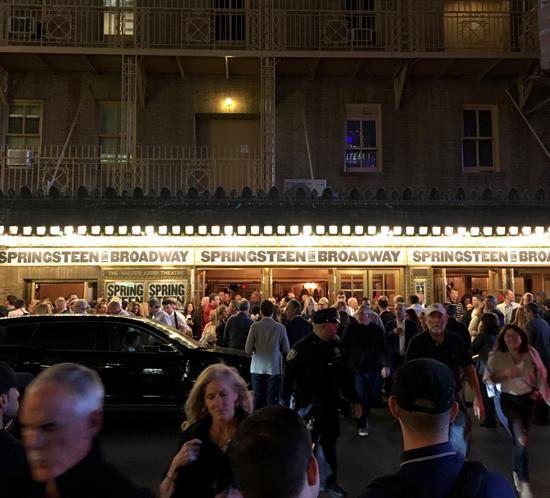 """Springsteens första kväll (2017-10-03) som """"Broadway-artist"""". Foto: backstreets.com"""