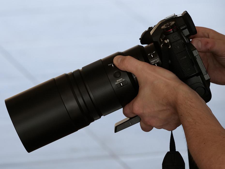 Leica DG Elmarit 200mm f2.8 Power OIS, här med solskydd. (Foto: Lasse Svendsen)