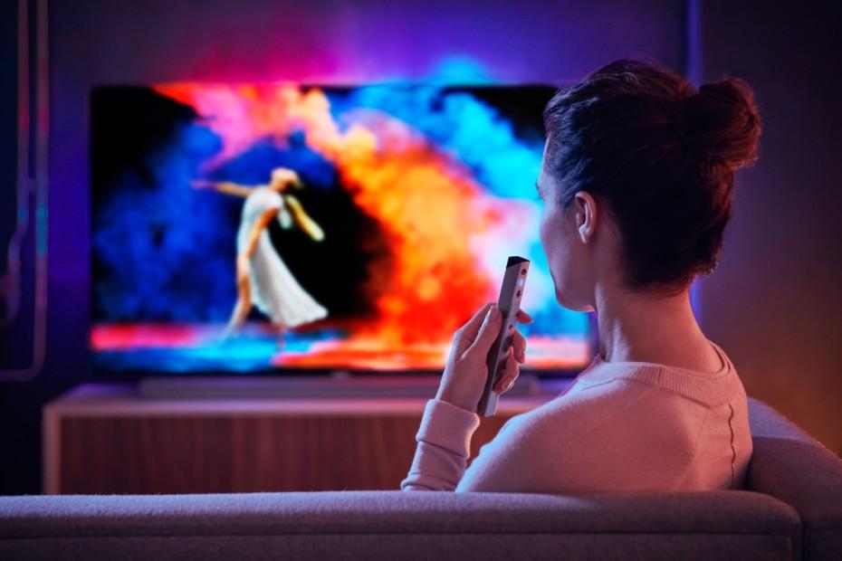 Mange av de nye 2018-modellene får mulighet for Google Assistant stemmestyring, via innebygd mikrofon i fjernkontrollen. (TV : Philips)