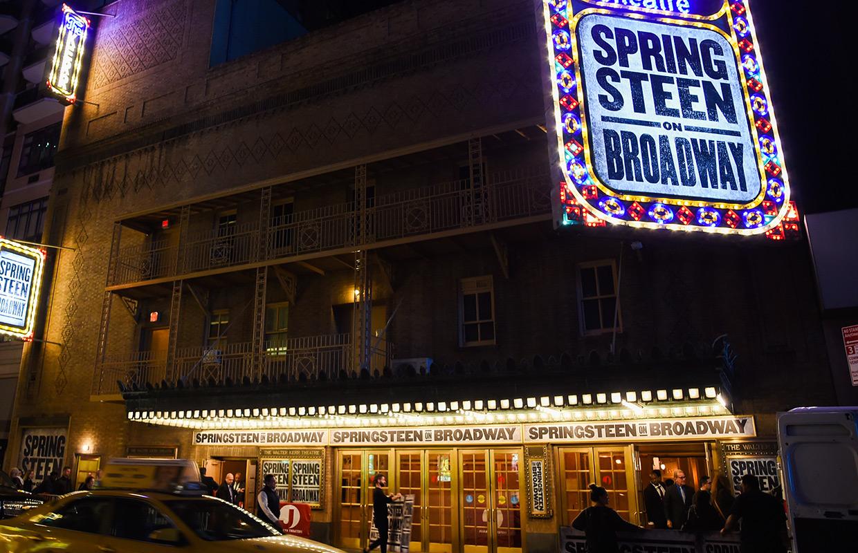 """Med bara 960 sittplatser är The Walter Kerr Theatre en av de minsta lokalerna som Springsteen har uppträtt på de senaste 40 åren. """"Springsteen on Broadway"""". Foto: AP/Evan Agostini"""