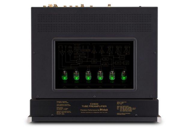 De seks rørene lyser opp når forsterkeren er ferdig oppvarmet og klar til bruk.