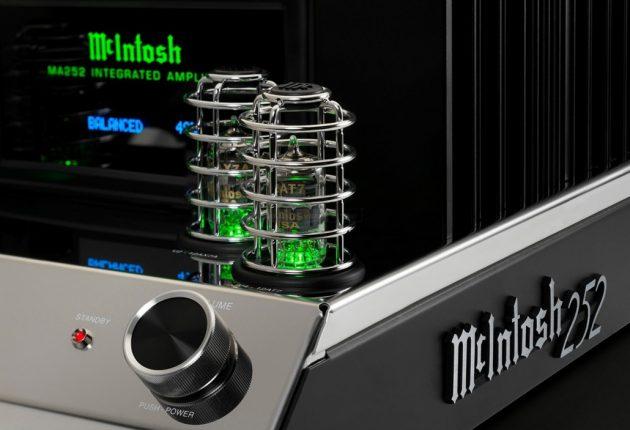 De små rørene brukes bare i forforsterkerdelen, lengre bak sitter transistorer som dytter ut 100 W effekt.