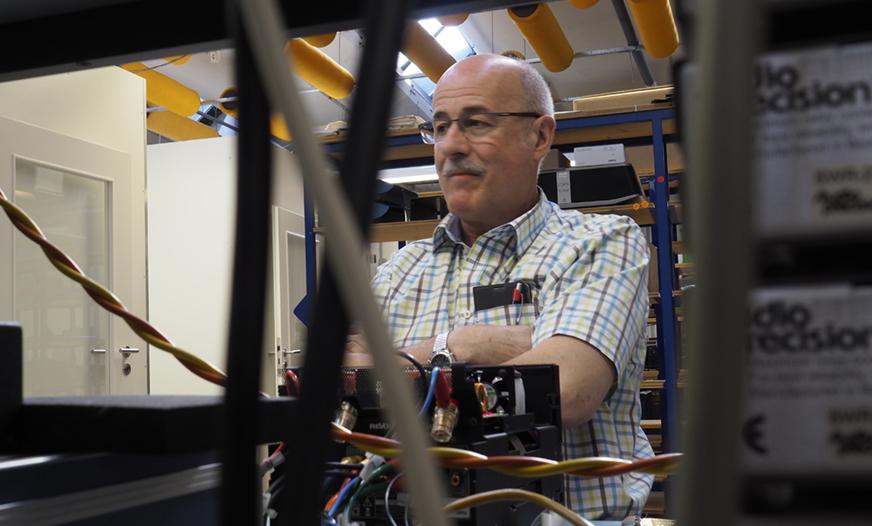 Benno Ketterer har jobbat på Revox i 43 år och har full koll på det mesta. Här testar han en M100. Testet tar 20 minuter och görs på alla M100 innan de packas och skickas.
