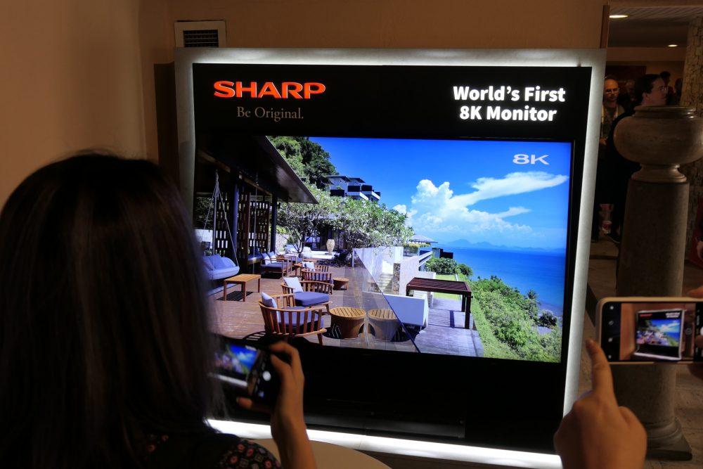 KNIVSKARP: Du får sitta väldigt nära om du ska kunna se enskilda pixlar på skärmen. Bilden kommer från lanseringen i Rom. (Foto: Lasse Svendsen)