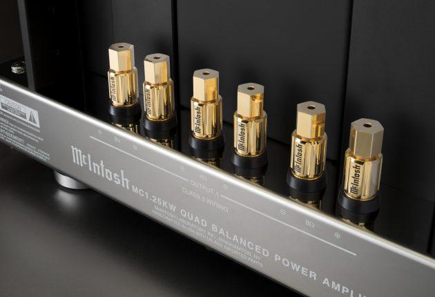 Kabelterminaler for høyttalere med 2, 4 eller 8 ohm belastning.
