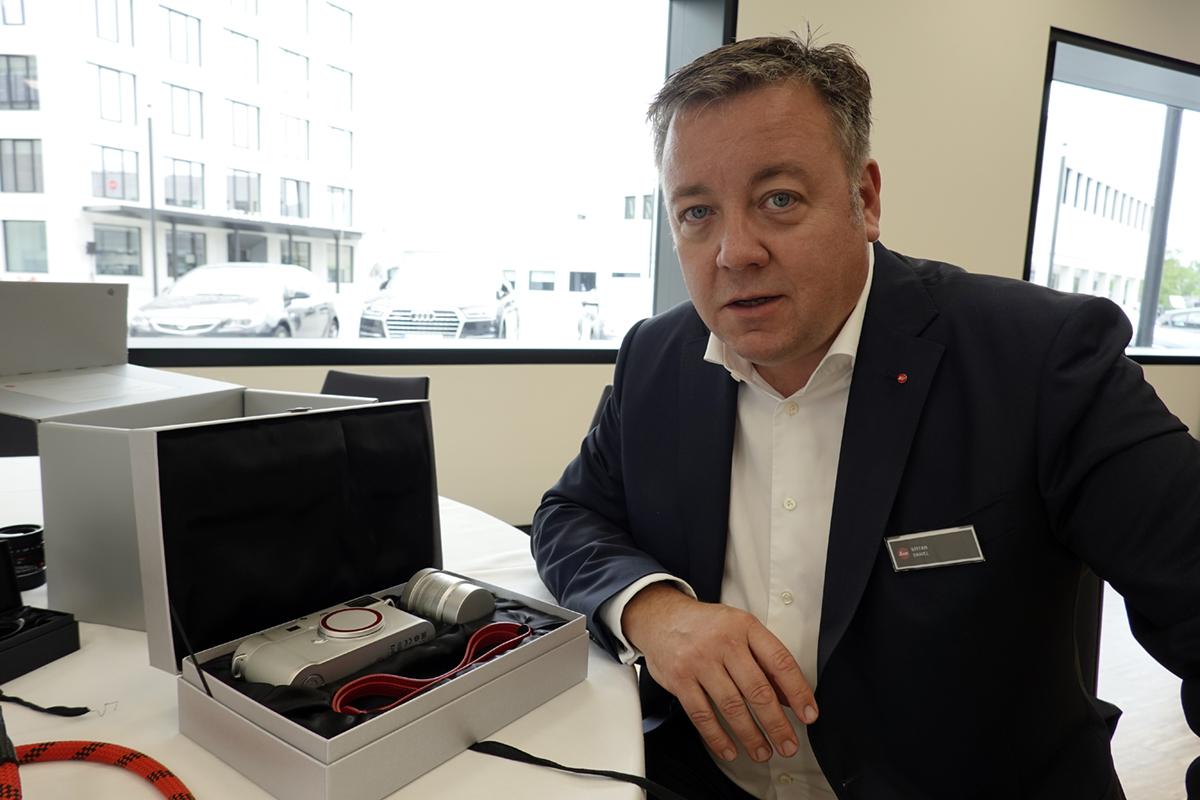 Leicas produktchef, Stefan Daniel, med en M10 Zagato, lådan den säljs med och objektivet 35mm f1.4 – plus en exklusiv, röd läderrem. Foto: Lasse Svendsen