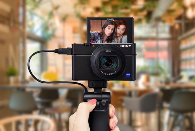 Kameragreppet VCT-SGR1 kommer i juli och är grepp, stativ och utlösare. Foto: Sony
