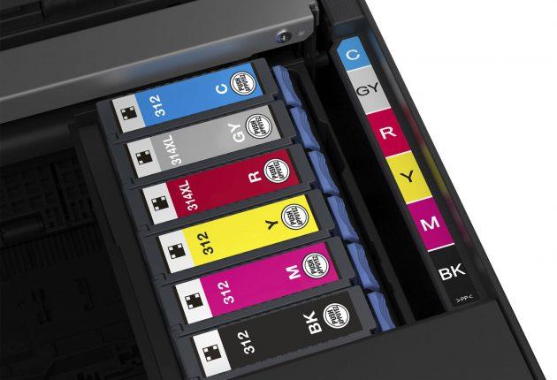 Seks blekkpatroner med fire farger, sort og grått, gir bedre fargeutskrifter og jevnere s/hv-graderinger.