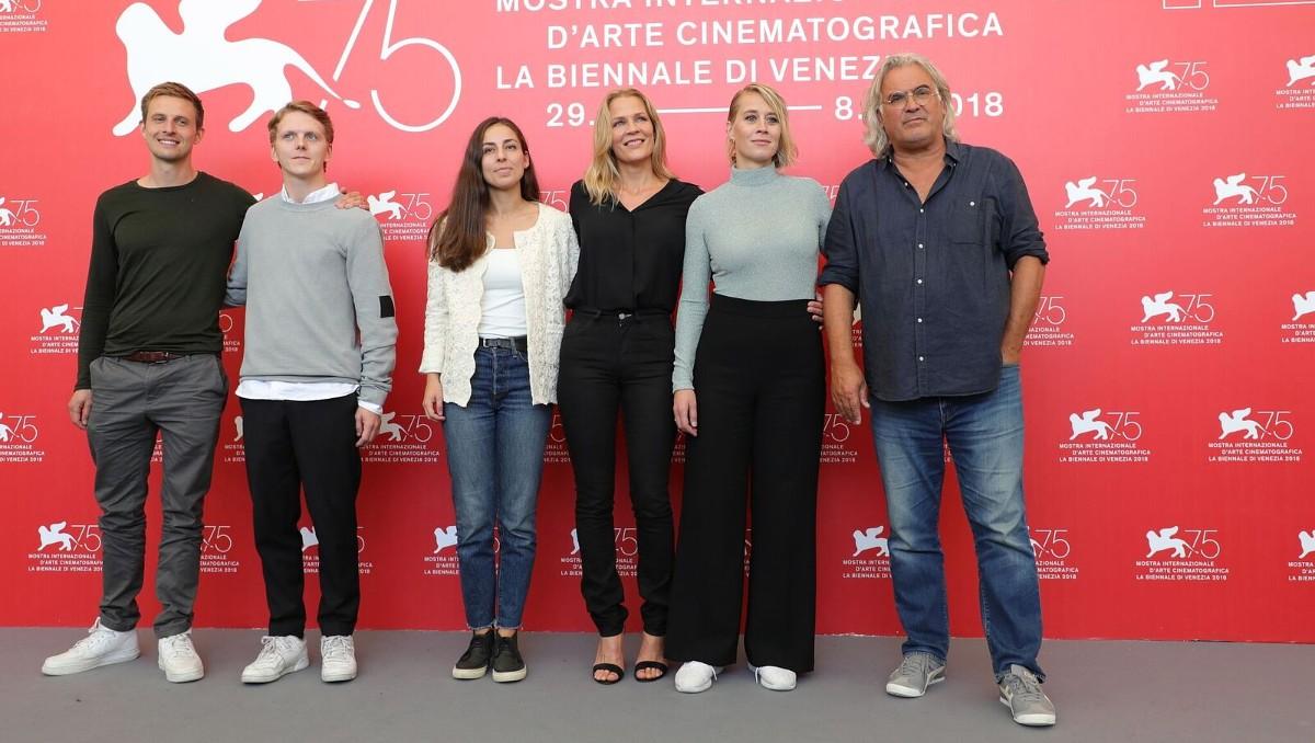 Skådespelarna, Åsne Seierstad och Paul Greengrass möter pressen på 75 filmfestivalen i Venedig (Foto: Netflix)