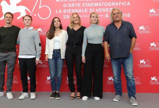 Staben ved verdenspremieren under Filmfestivalen i Venezia (Foto: Netflix)