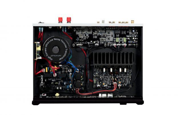 Innmaten i Emotiva BasX TA-100 er fylt med god klassisk elektronikk. (Foto: Emotiva)
