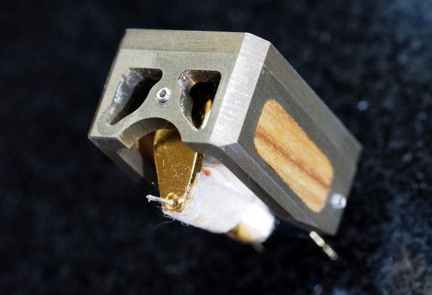 De små skruene brukes til å trimme lyden fra pickupen. Foto: Lasse Svendsen