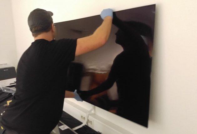Rett på veggen: LG OLED W8 festes til veggen ved hjelp av en metallplate som festes til veggen, før selve OLED-panelet hektes fast. (Foto: Audun Hage)