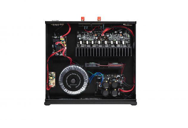 Innmaten i Emotiva BasX A-300 er fylt med god, klassisk elektronikk. Foto: Emotiva