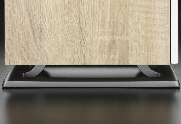Oberon 7 står på en rigid metallbase, som bedre skal koble den fra underlaget. Foto: Dali