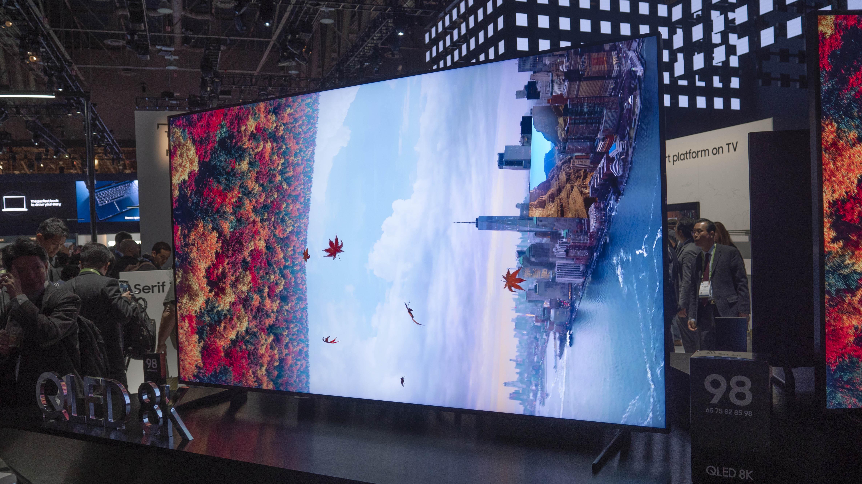 Samsungs nya 8K QLED-skärmar har enastående svärta och betraktningsvinkel, plus ytterst få reflektioner från omgivningen. Foto: Geir Gråbein Nordby
