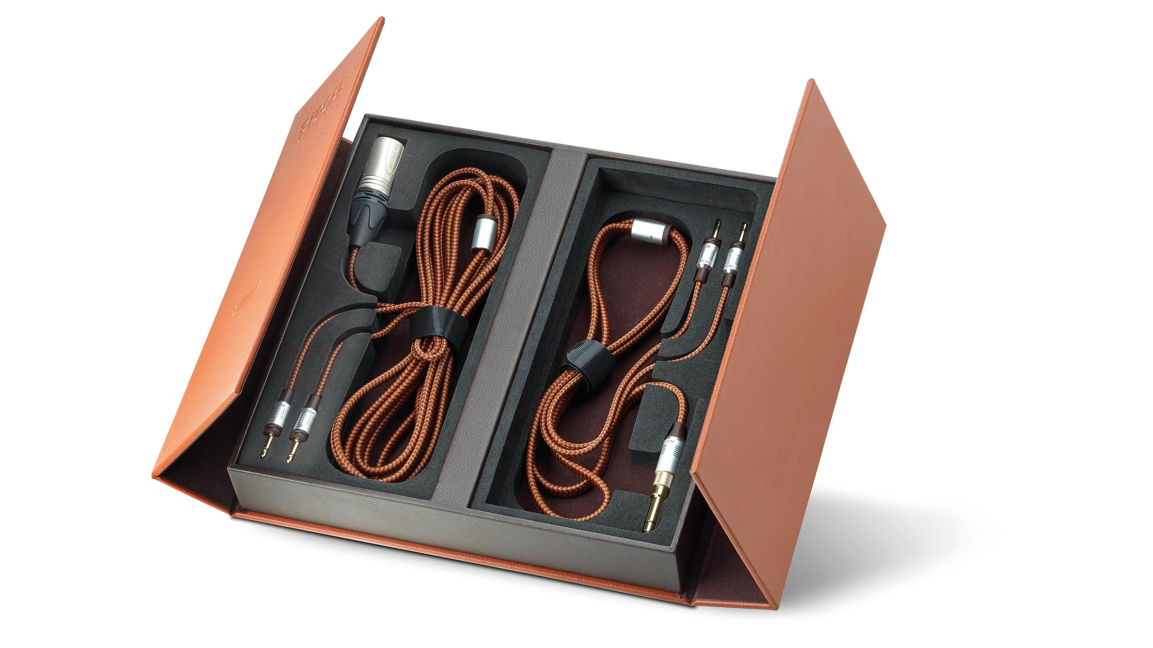 Både den balanserade och obalanserade kabeln ingår i lådan. Foto: Focal