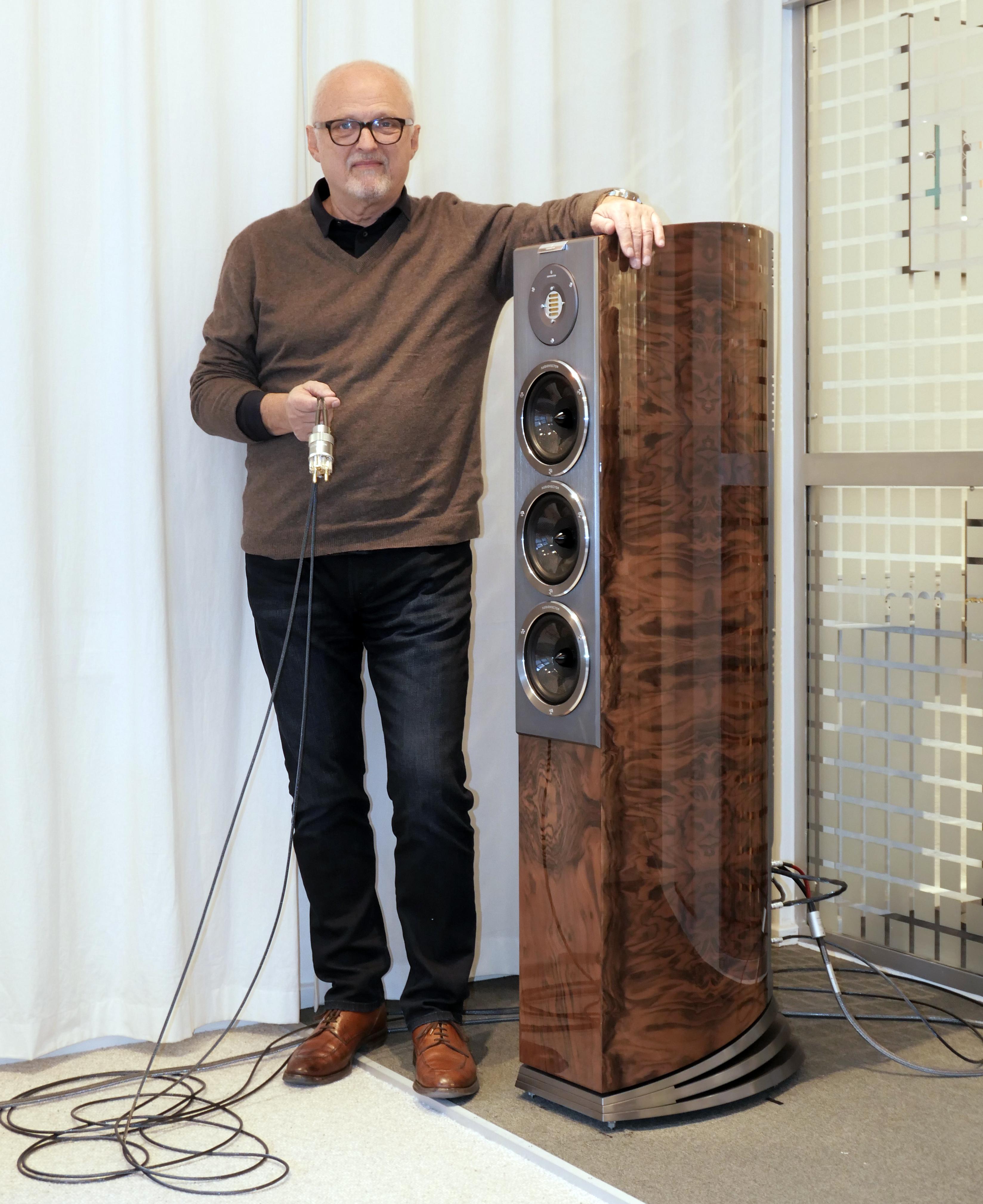Ole Klifoth med jordkabeln för R8 Arretés Freedom-system. Foto: Lasse Svendsen
