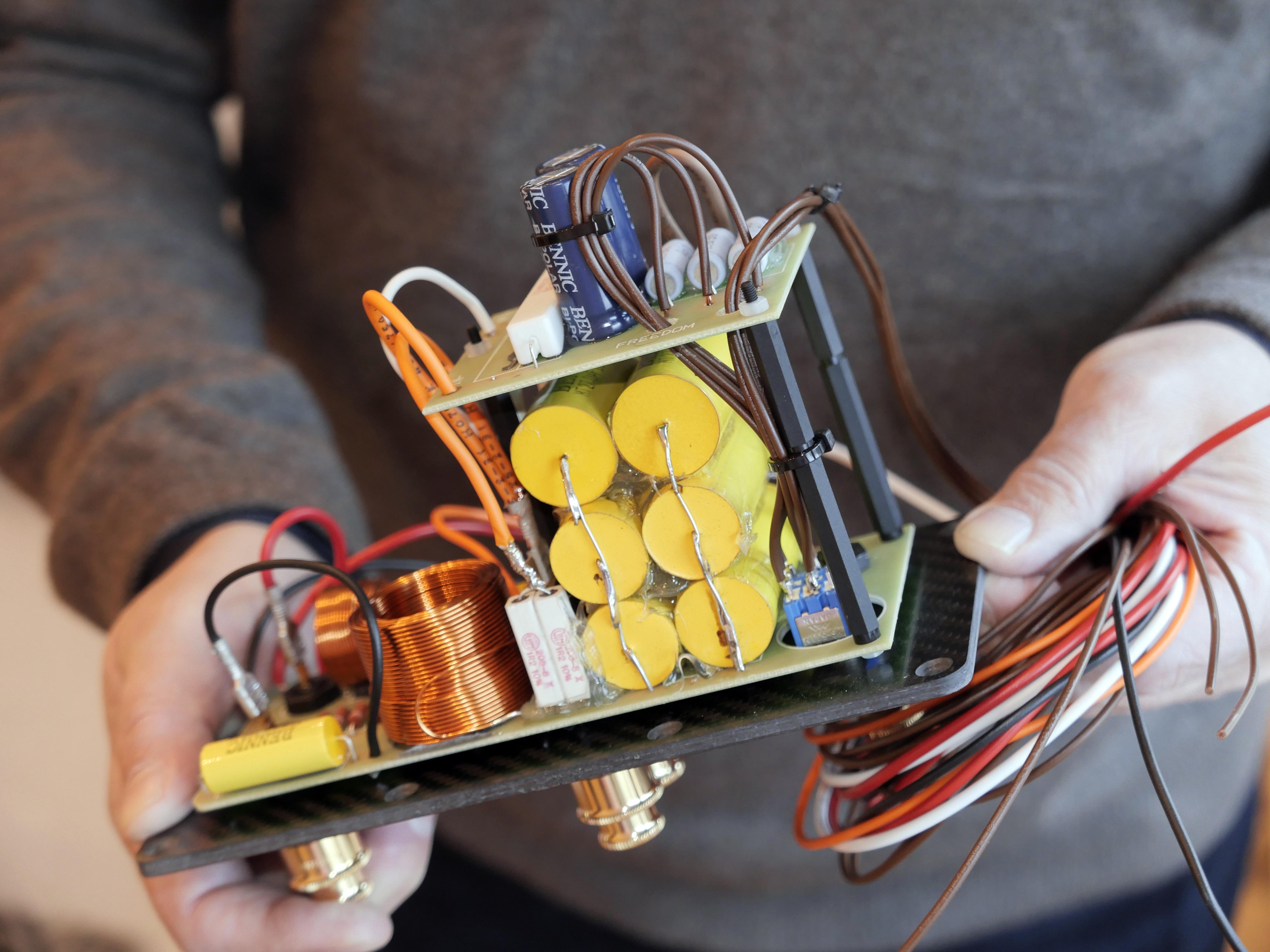 Delningsfiltret till R8 Arreté, monterat på kolfiberplatta. Foto: Lasse Svendsen