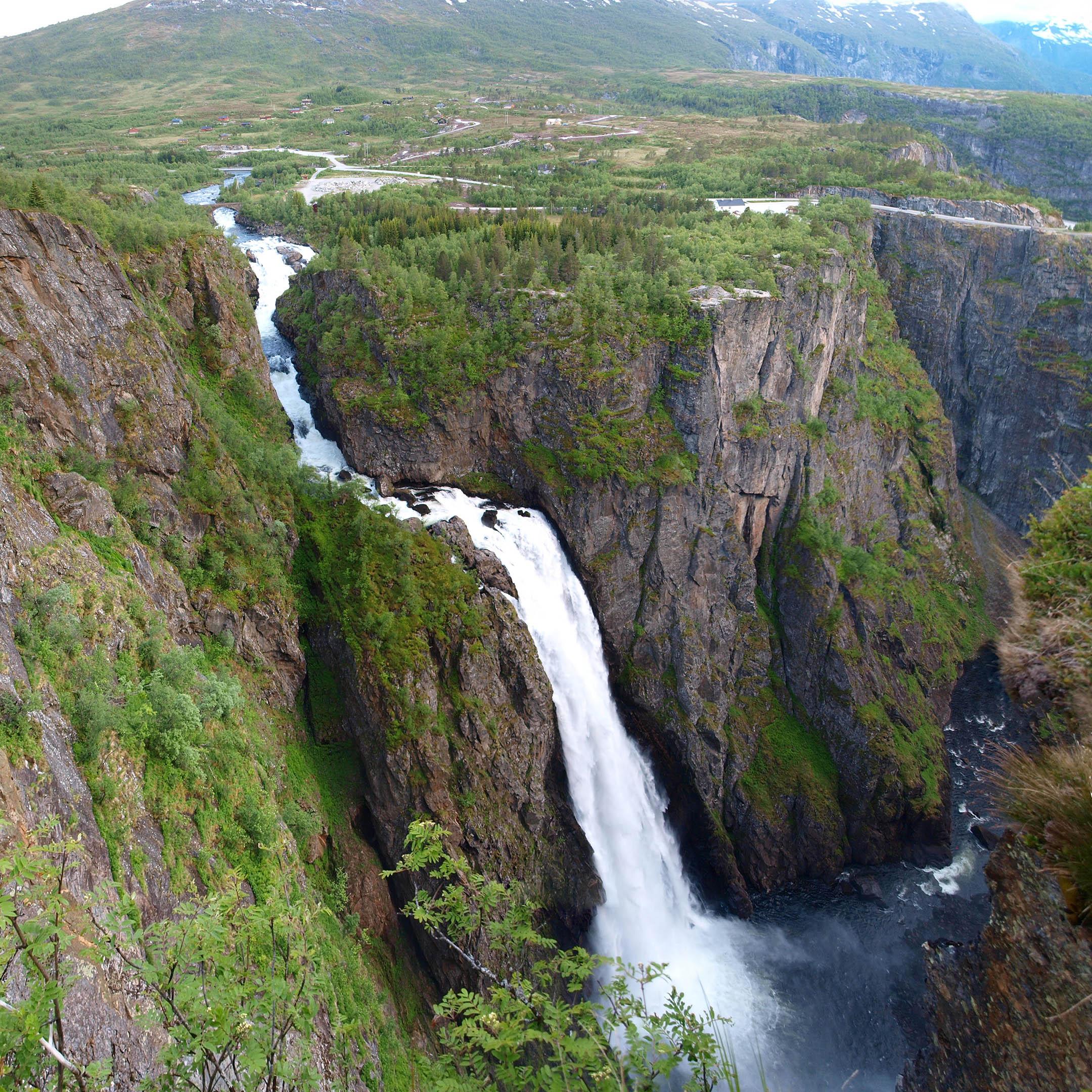 Ett av Norges mest berömda vattenfall, Vøringsfossen, omgärdas av ett enormt rör när Tesla bygger en fabrik som ska drivas av vattenkraft. Foto: Creative Commons