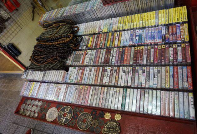 Salget av kassettbånd er fordoblet fra 2017 til 2018. Denne gatehandleren er klar for den nye retrobølgen. Foto: John Alex Hvidlykke, L&B
