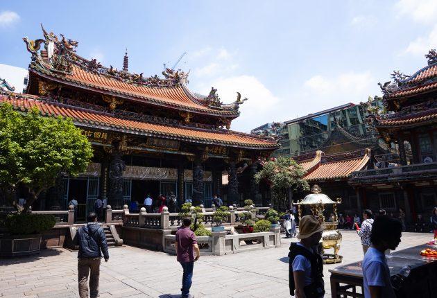 De største religionene i Taiwan er buddhisme og taoisme. Og når plassen er begrenset, kan man jo like godt ha dem begge i samme tempel! Foto: John Alex Hvidlykke, L&B
