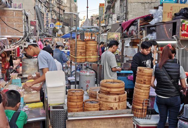 Et gatekjøkken på et av Taipeis utendørsmarkeder gjør klar til å bespise turister og fastboende med dim sum. Foto: John Alex Hvidlykke, L&B